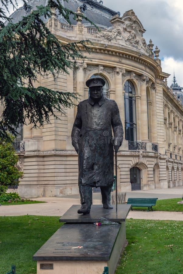 在小皇宫附近的温斯顿・丘吉尔雕象在巴黎 免版税图库摄影