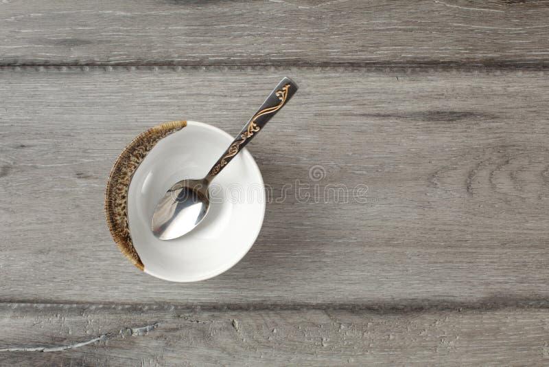 在小空的瓷碗的台式视图有银色decorat的 图库摄影