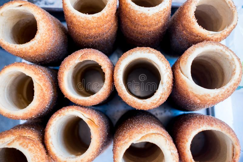 在小组上看法Kürtös kalács,典型的罗马尼亚语和匈牙利甜垫铁塑造了面包,共同在东欧酥皮点心 免版税库存照片