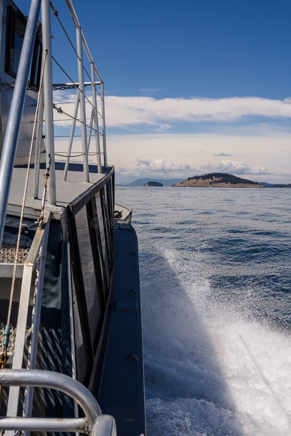 在小船后的波浪 图库摄影