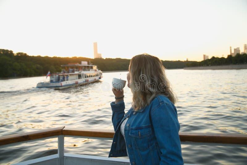 在小船旅行期间的美丽的旅游饮用的茶在莫斯科河 对俄罗斯概念的旅行 免版税库存照片