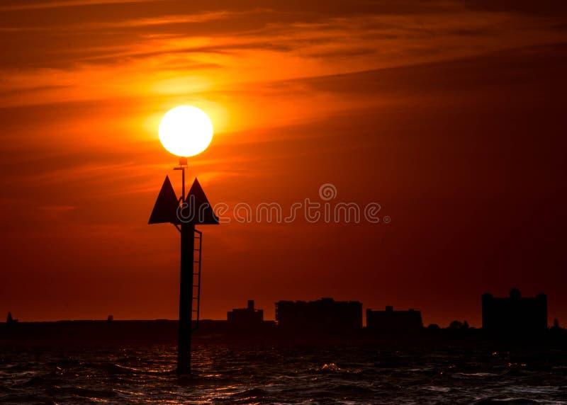 在小船标志,红色日落天空顶部的太阳 免版税图库摄影