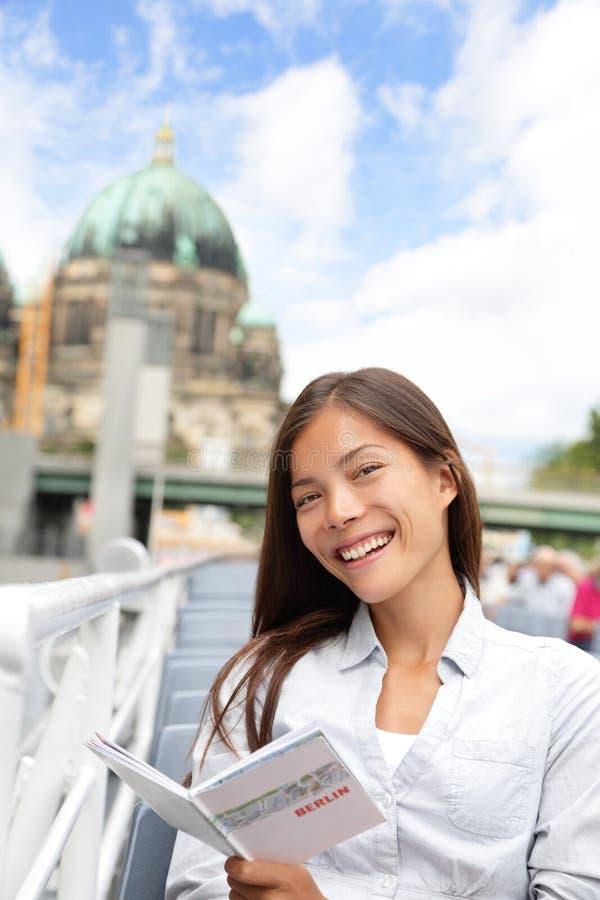 在小船游览柏林,德国中的亚裔旅游妇女 免版税图库摄影