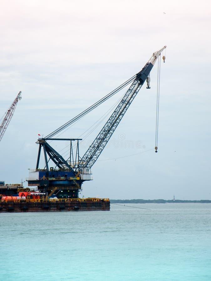 在小船登上的巨大的起重机 免版税库存图片