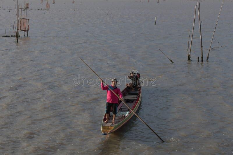 在小船的剪影在湖在泰国,捕鱼业 免版税库存照片