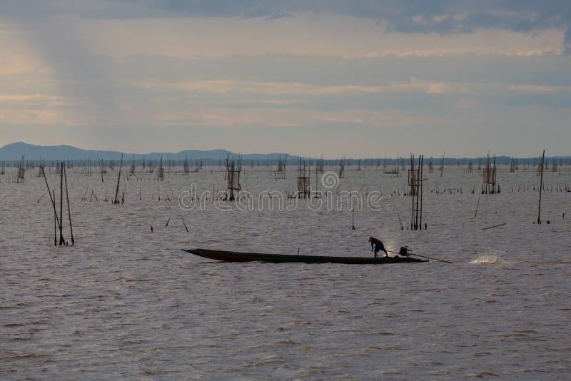 在小船的剪影在湖 免版税图库摄影