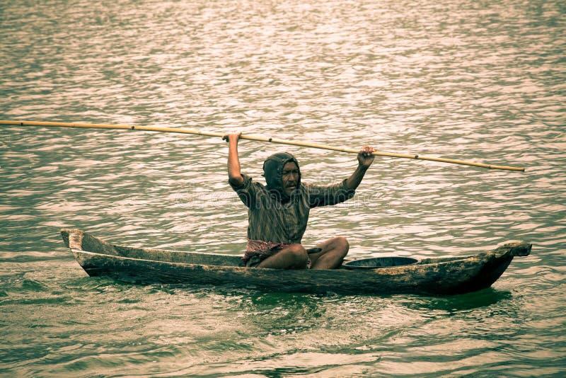 在小船的印度尼西亚渔夫渔 图库摄影