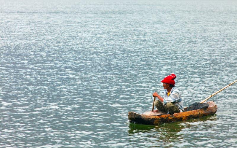 在小船的印度尼西亚渔夫渔 库存图片