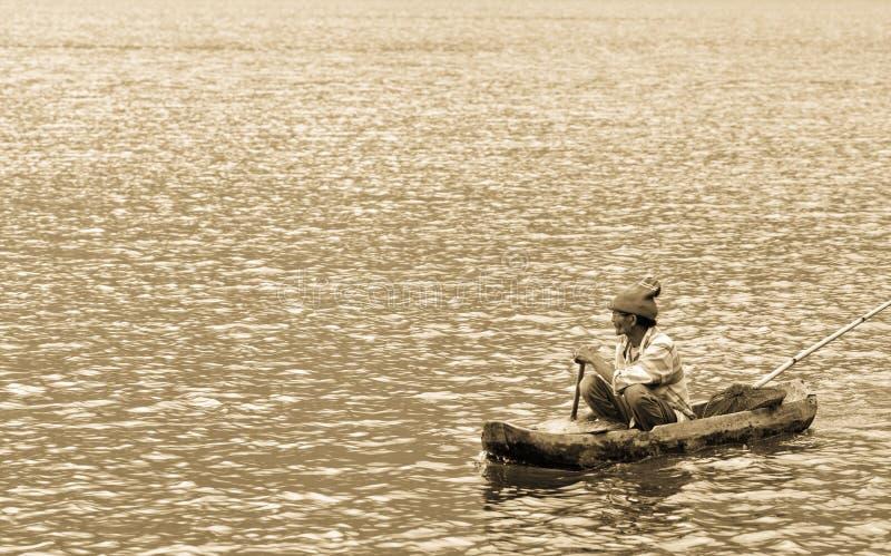 在小船的印度尼西亚渔夫渔 免版税库存图片