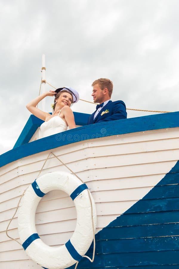 在小船的婚礼夫妇 新娘和新郎在船 库存图片