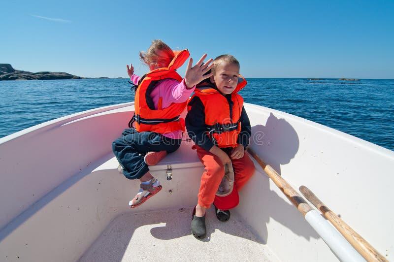 在小船的微笑的孩子 库存照片