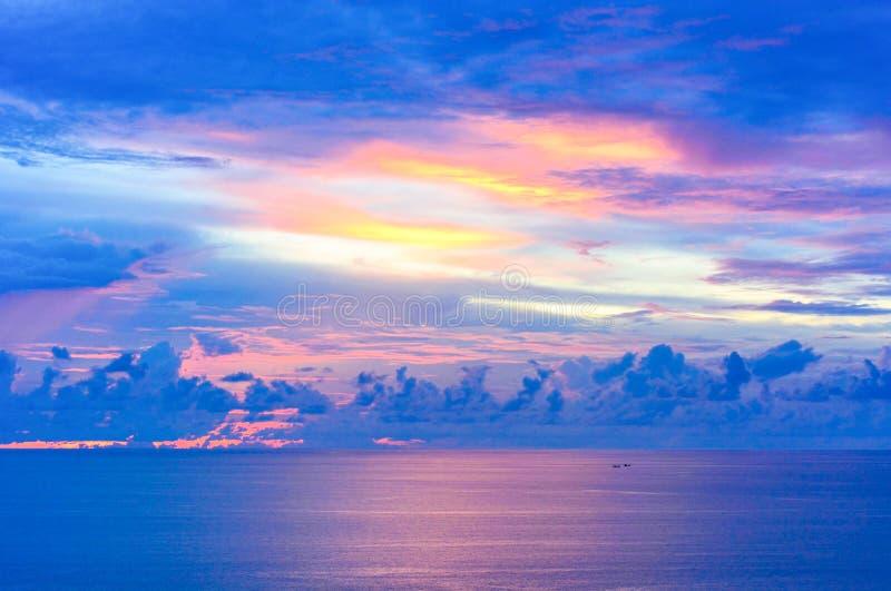 在小船的日落在Promthep海角,普吉岛,泰国的热带海风景 免版税图库摄影