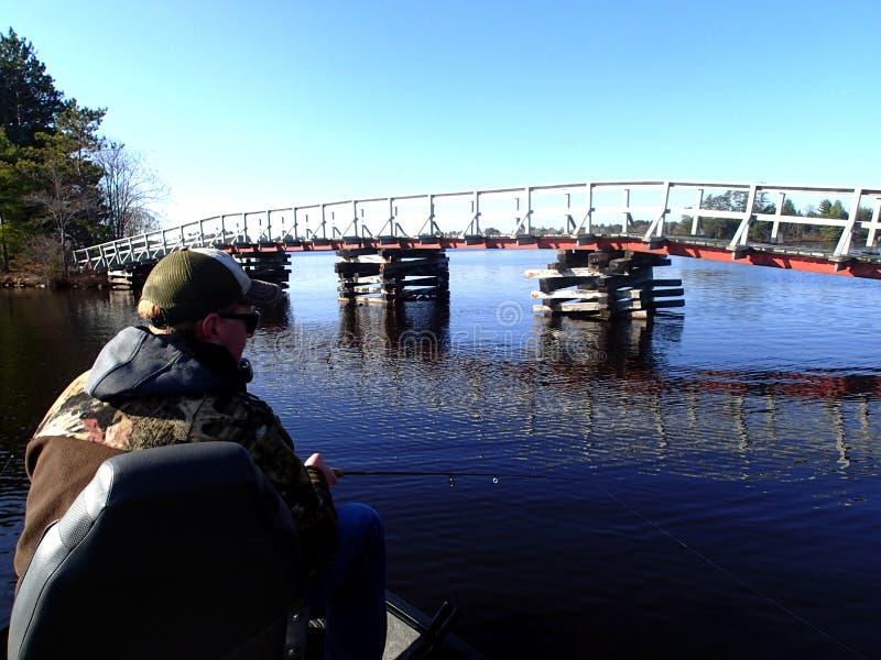 在小船的渔夫钓鱼 免版税图库摄影