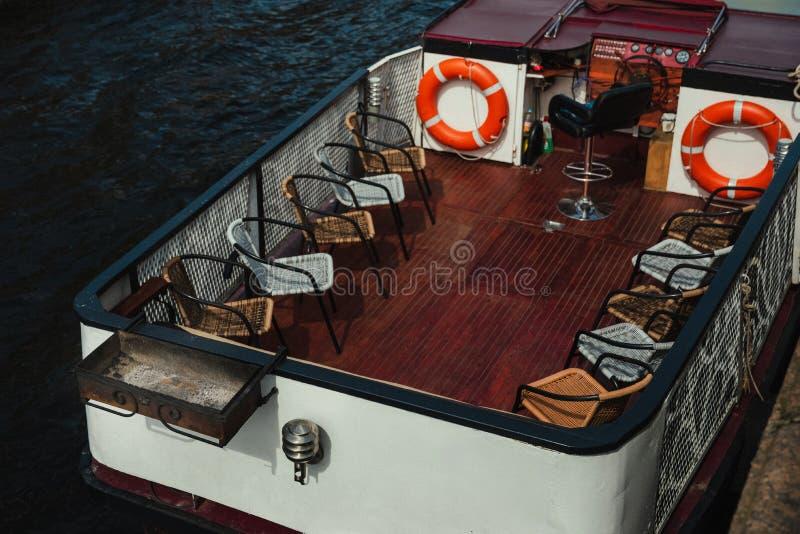 在小船的烤肉 椅子和BBQ在海 库存图片