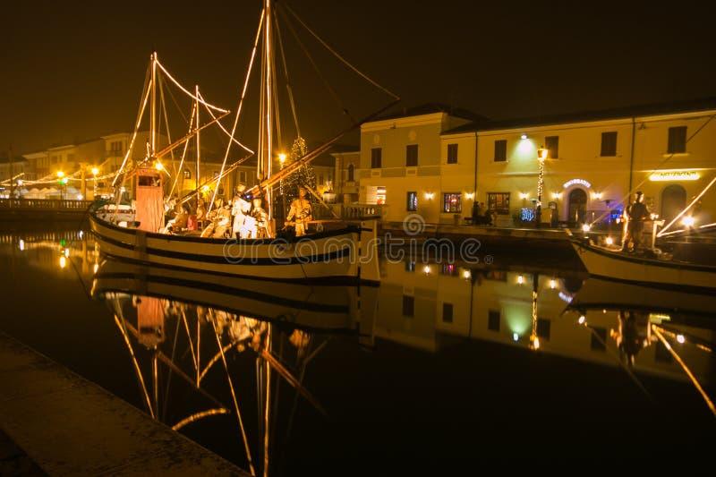 在小船的美好的诞生场面在城市的运河,意大利 库存照片