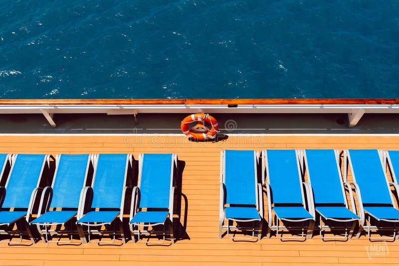 在小船的Sunbeds 库存图片