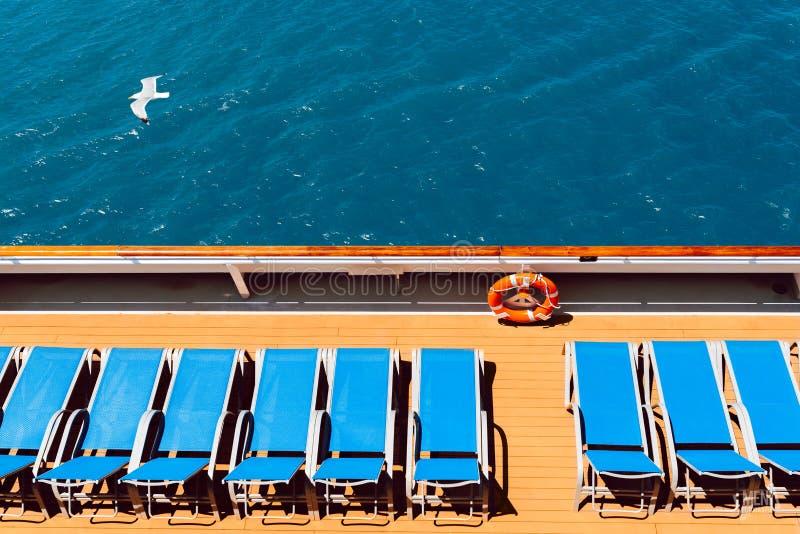 在小船的Sunbeds 免版税库存图片