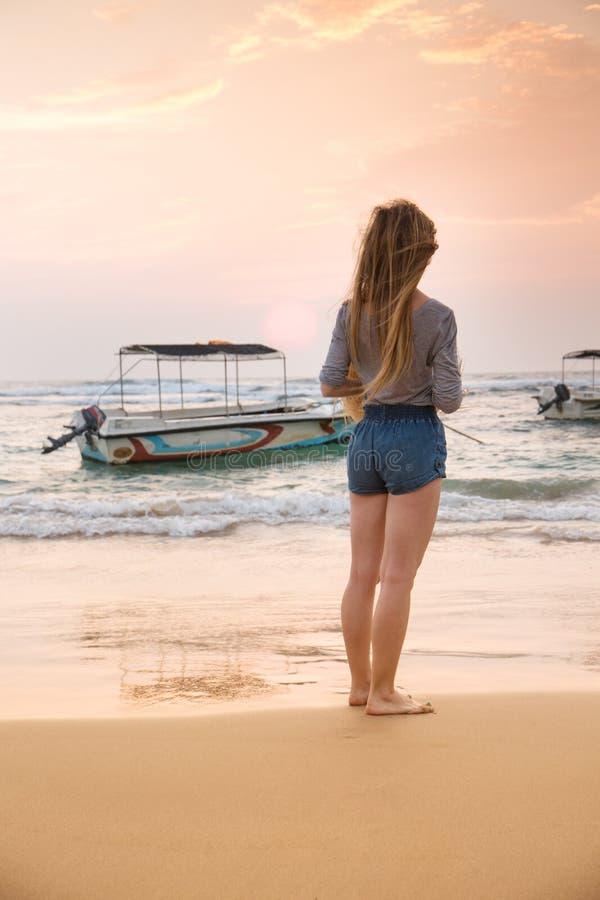 在小船附近的女孩 库存照片