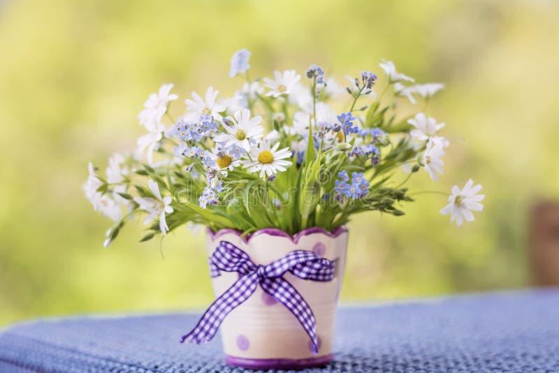 在小装饰花瓶的美丽的雏菊花 免版税库存照片
