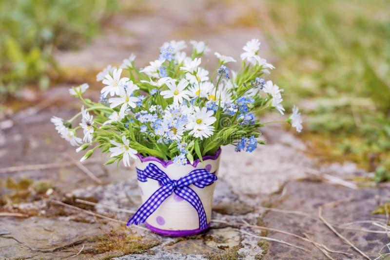 在小装饰花瓶的美丽的雏菊花 免版税库存图片