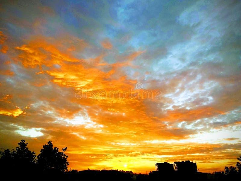 在小镇的火热的焕发日落环境美化 库存照片