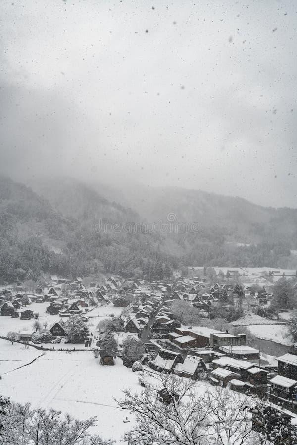 在小镇的降雪谷山的,冬天季节 免版税库存照片