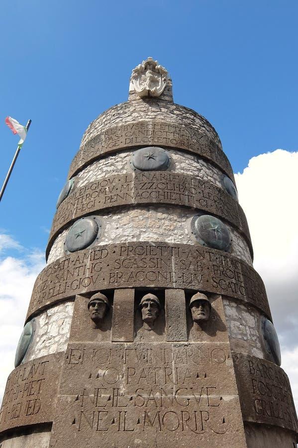 在小hilltown纳尔尼,意大利的战争纪念建筑 免版税库存图片