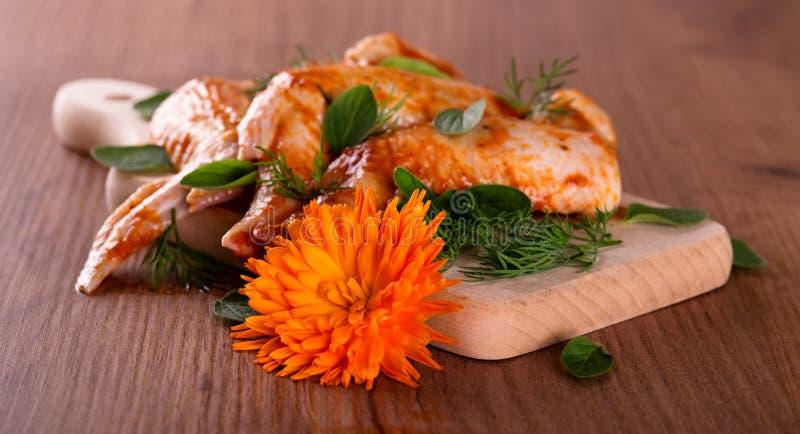 Download 在少量鸡翼前面的万寿菊绽放 库存照片. 图片 包括有 新鲜, 牛至, 草本, 大使, 会议室, 快速, 膳食 - 72361790
