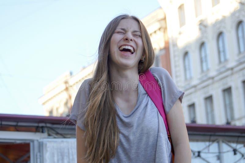 在少年的面孔的幸福,欢悦笑声 免版税库存图片