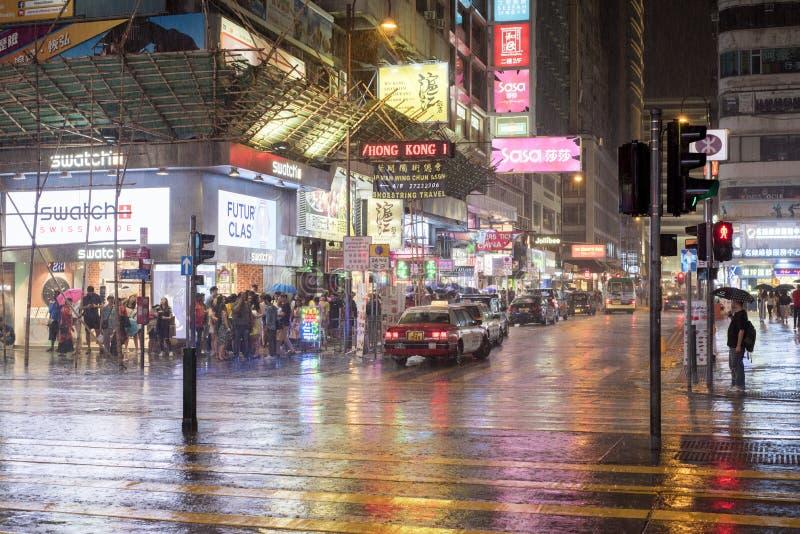 在尖沙咀横穿的夜雨在九龙,香港 免版税库存照片
