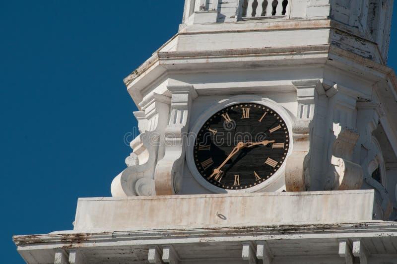 在尖顶的时钟在新英格兰教会 免版税库存图片
