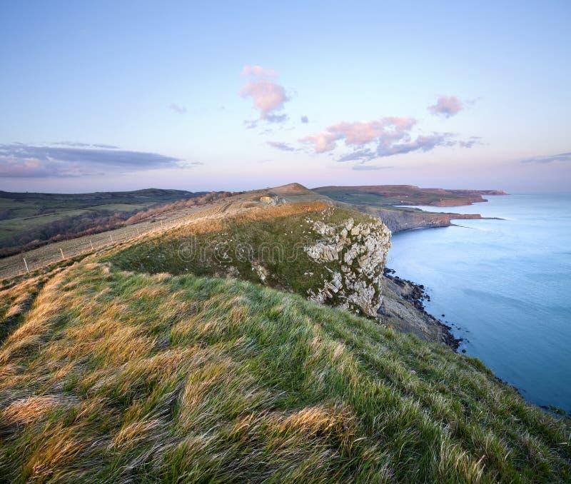 在尖头棒峭壁的日落在多西特的侏罗纪海岸 库存图片