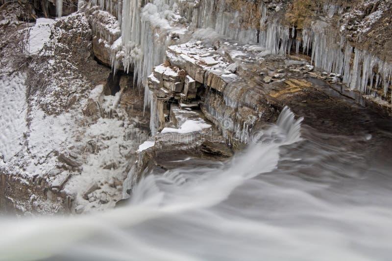 在尼亚加拉悬崖的冰冷的瀑布 免版税图库摄影