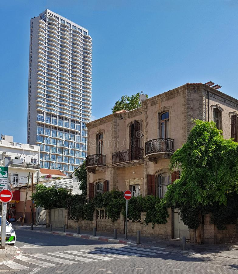 在尼夫Tzedek,特拉维夫,以色列的现代和老大厦 库存图片