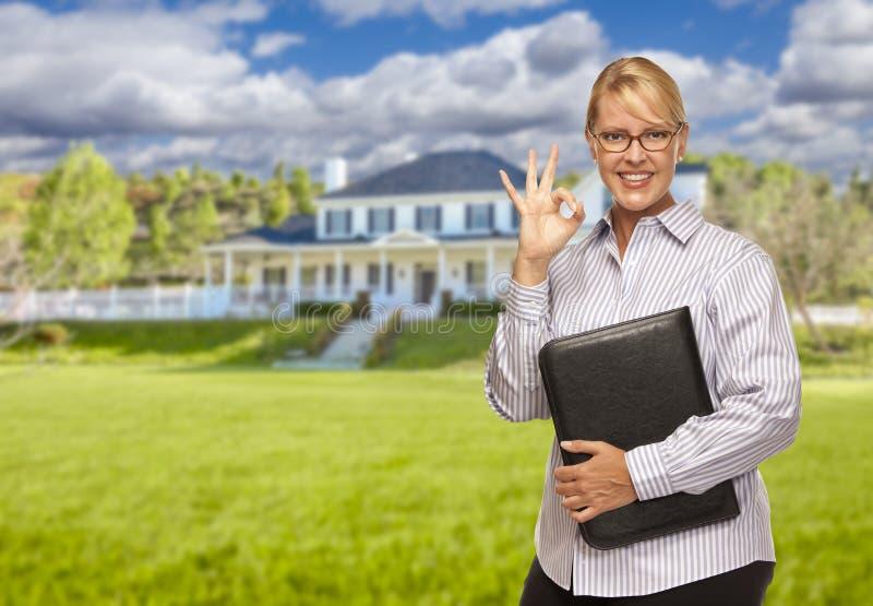 在尼斯住宅家前面的可爱的女实业家 免版税库存图片