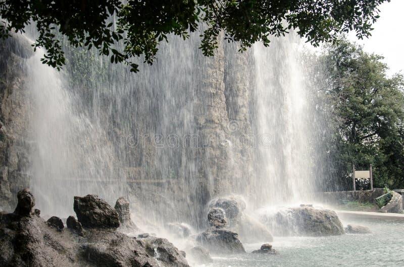 在尼斯城堡小山,法国的瀑布 免版税库存图片
