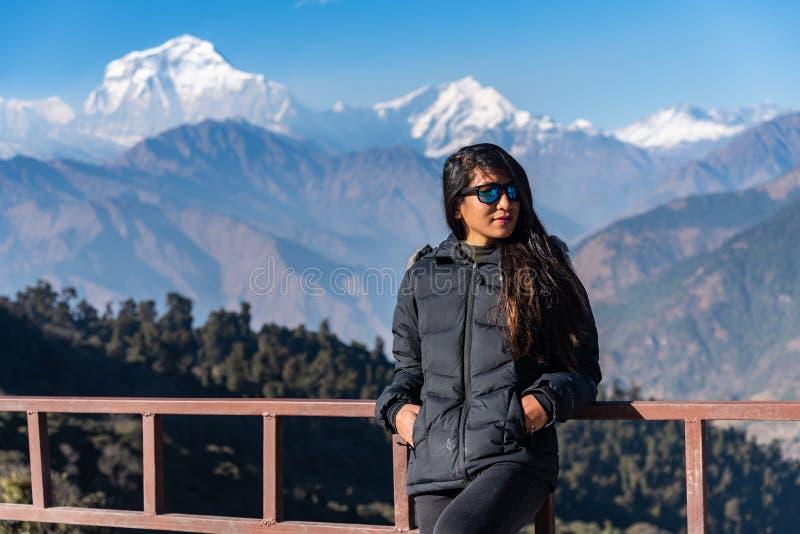在尼泊尔博卡拉的Dhaulagiri山脉前摆姿势的美女 库存图片