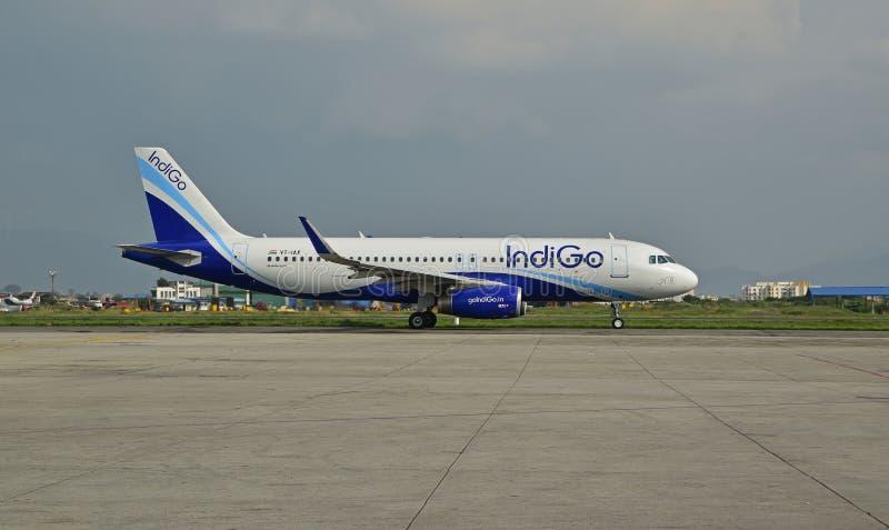 在尼泊尔特里布万国际机场的靛蓝航空公司 免版税库存图片