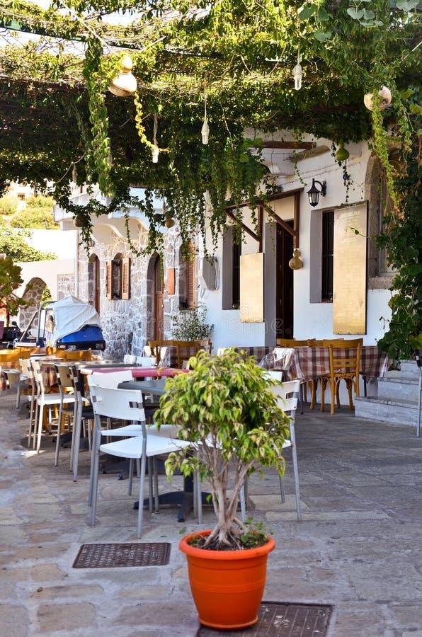 在尼西罗斯岛海岛上的典型咖啡馆在希腊 免版税库存图片