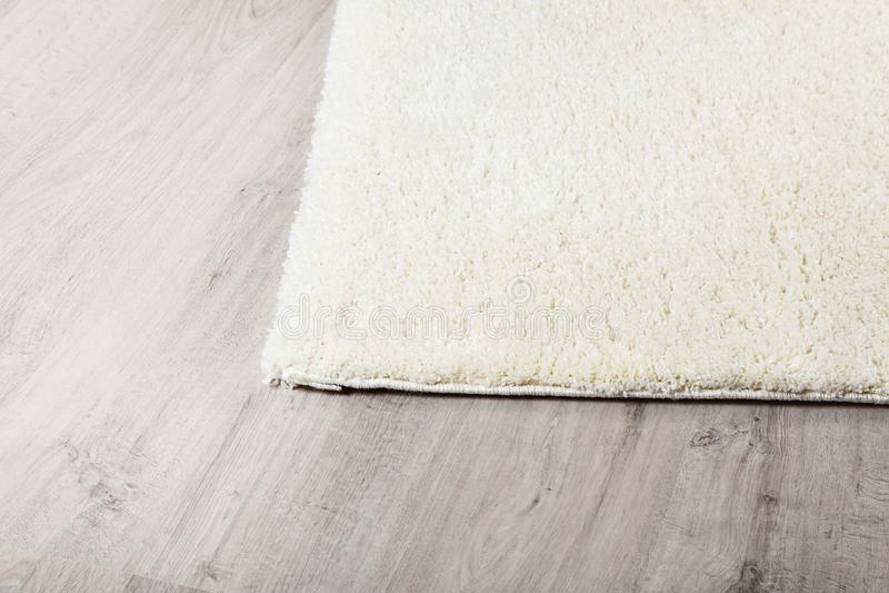 在层压制品的地板的地毯 图库摄影