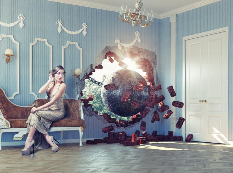 在屋子和妇女里击毁球 库存照片