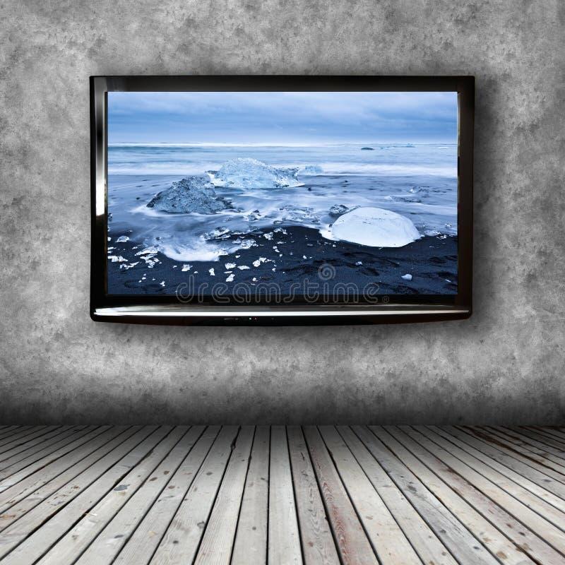 在屋子的墙壁上的等离子电视 库存图片