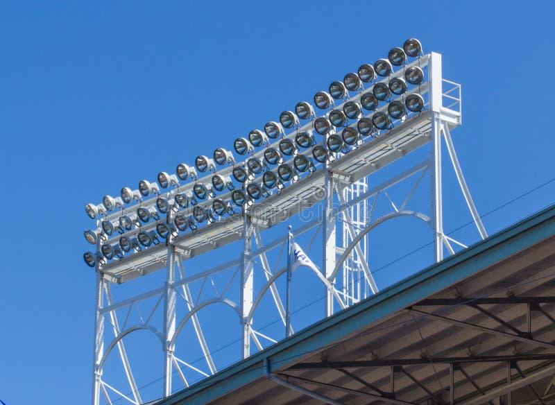 在屋顶体育场照明设备上 免版税库存照片