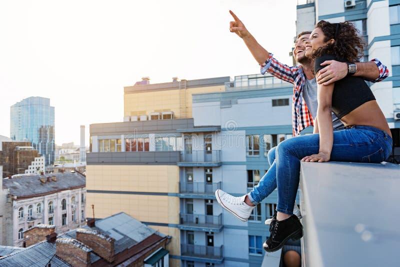 在屋顶大阳台的浪漫日期 免版税库存照片