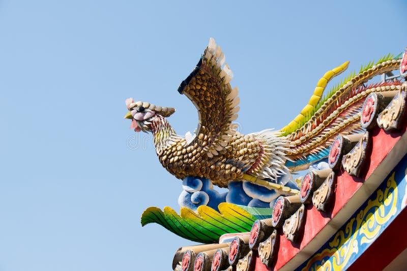 在屋顶寺庙的繁体中文陶瓷鸟雕塑 免版税库存图片