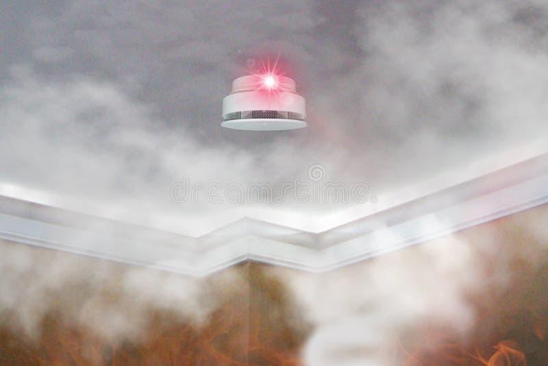 在屋顶登上的烟检测器在公寓 火戒备 库存图片