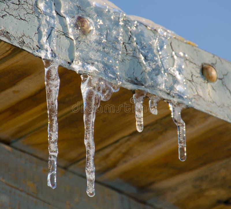 在屋顶的冰柱 免版税库存照片