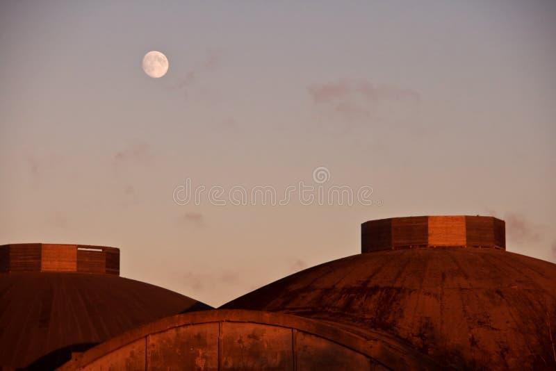 在屋顶的半球形的月亮 免版税库存照片