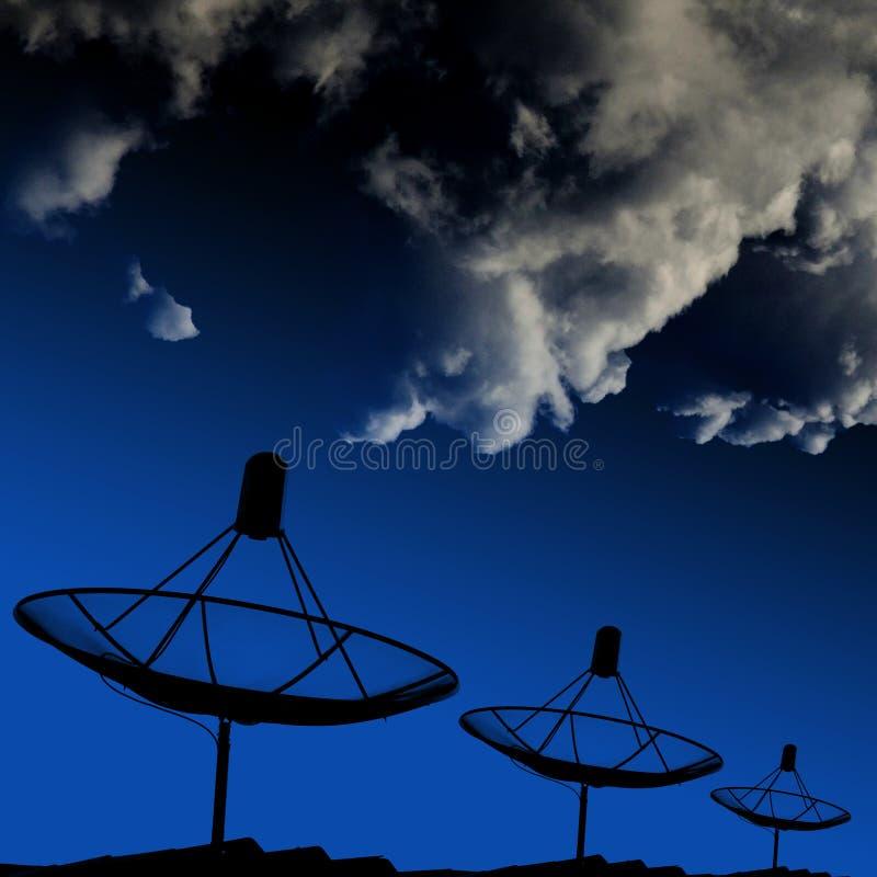 在屋顶的卫星盘与云彩 免版税库存照片