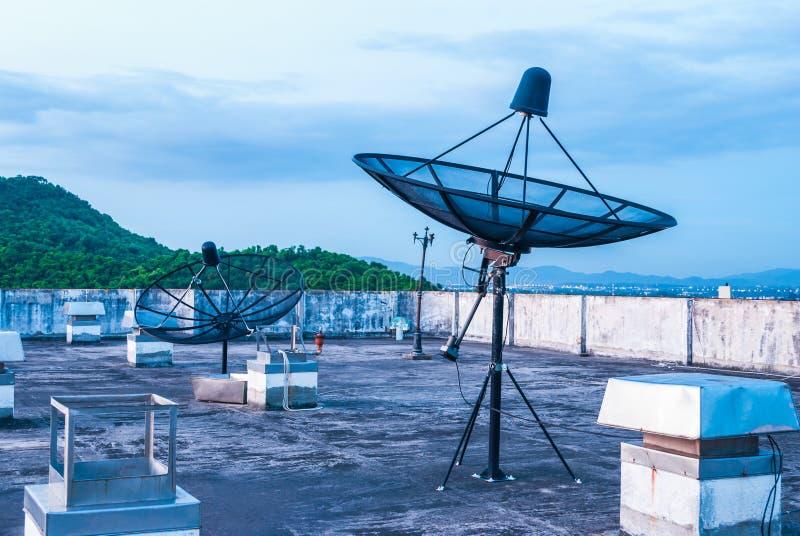 在屋顶的卫星盘 免版税库存照片